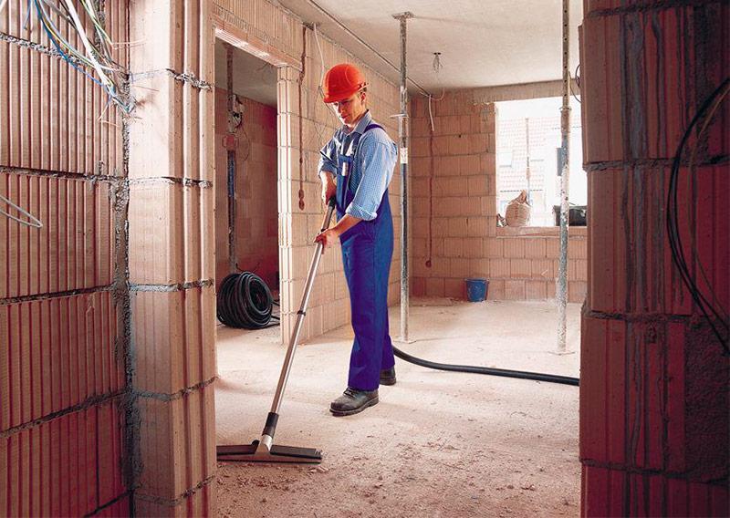 Уборка помещения при помощи строительного пылесоса