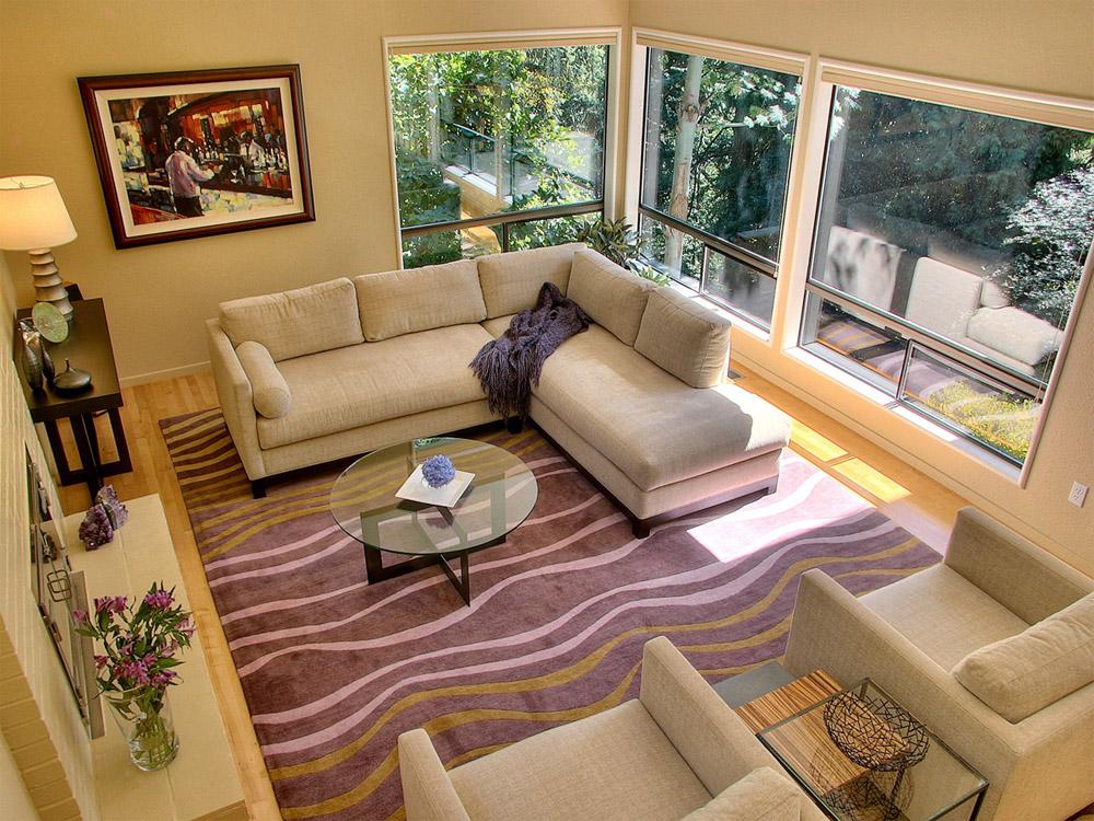 Фиолетовый ковер в современной гостиной