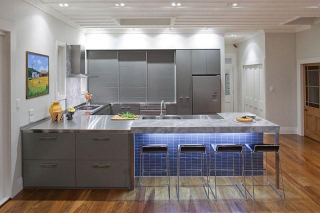 Кухня с элементами синего