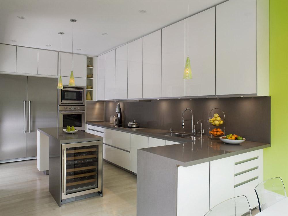 Белая кухня с серой столешницей в интерьере фото