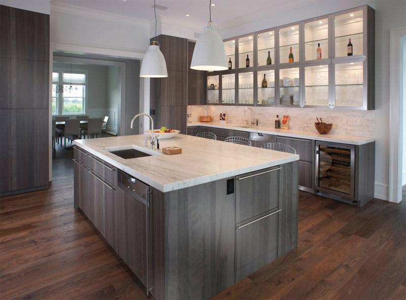 Серо-зеленые шкафы в кухне