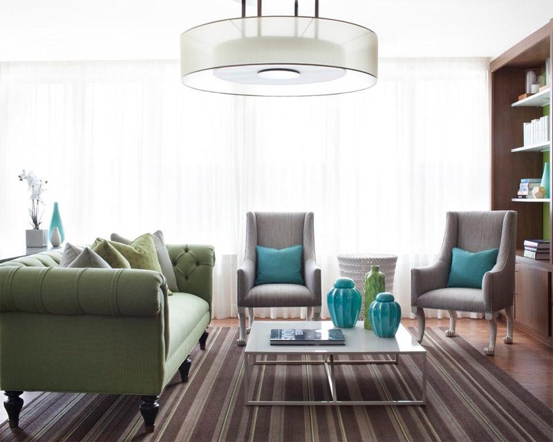 Зеленый диван и и бирюзовые подушки