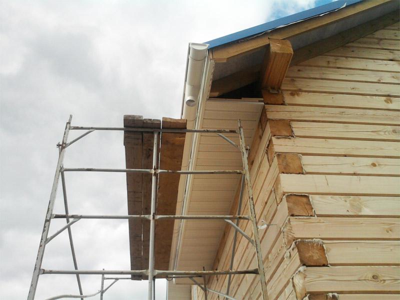 Монтаж софитов на карниз крыши