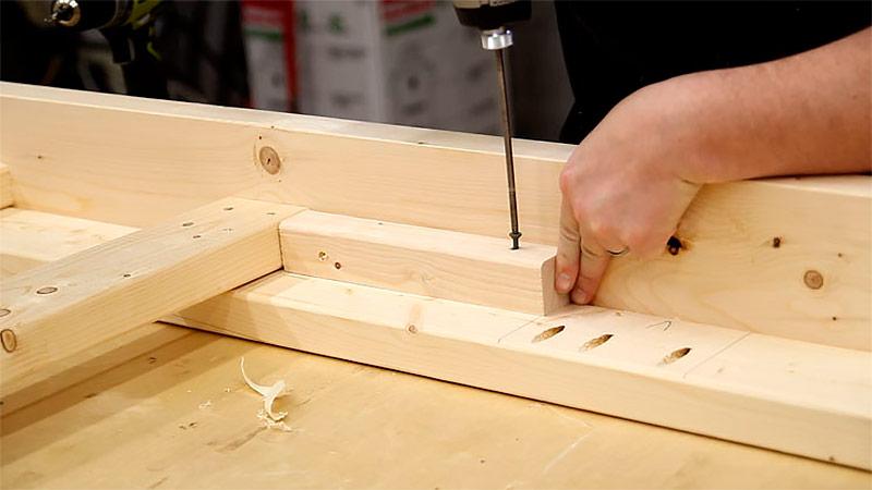 Крепление деревянных брусков для поддержки