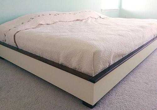Кровать с одеялами и подушками