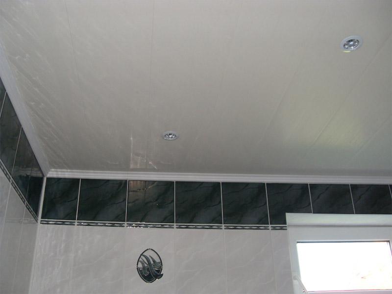 Потолок из ПВХ панелей смонтированный в ванной комнате