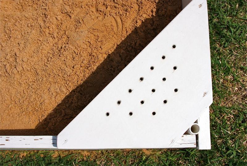 Скамейка песочницы с отверстиями