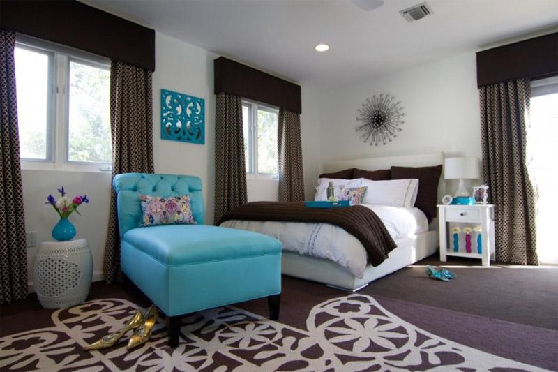 Стильная спальня с бирюзовой кушеткой