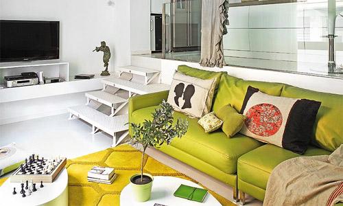 Диван фисташкового цвета в интерьере гостинной
