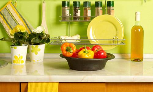 Рабочая зона кухни оформленная в фисташковом цвете
