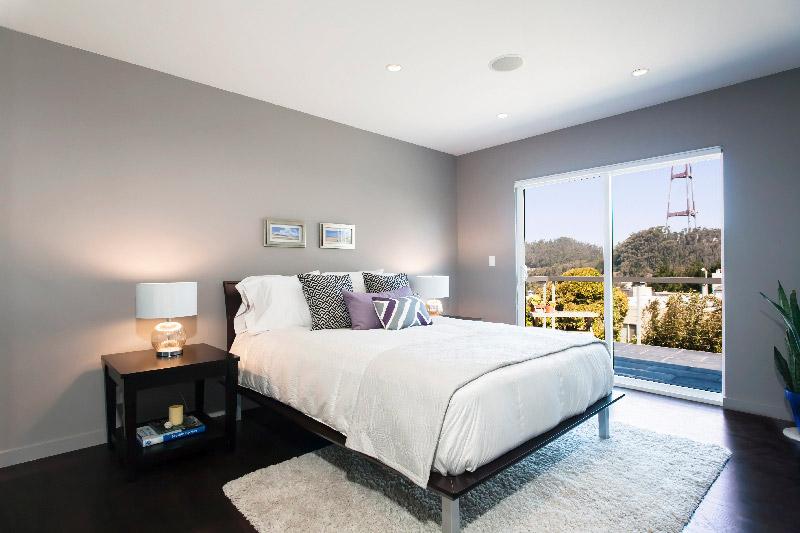 Обилие солнечного цвета придает спальне в серых тонах привлекательность