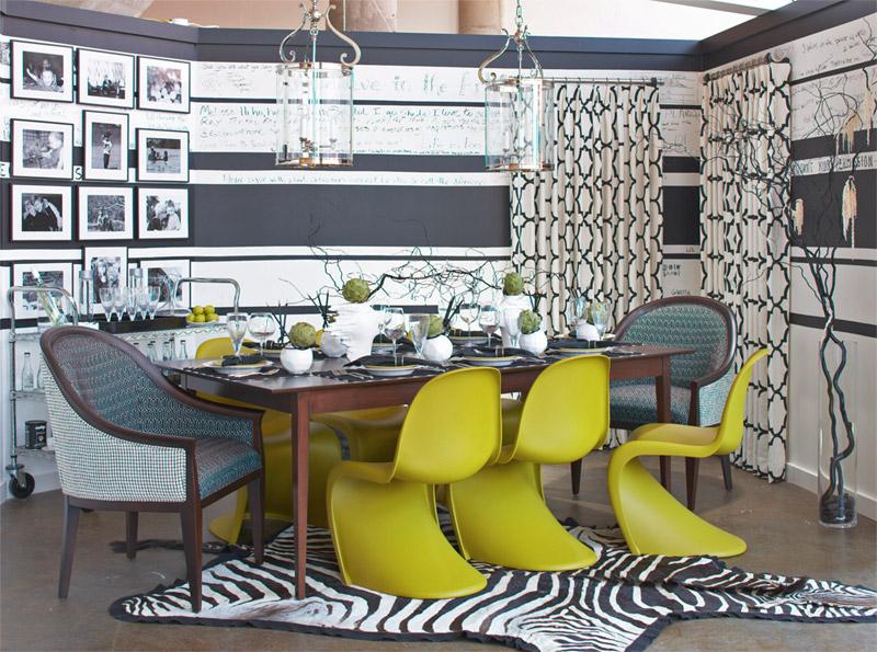 Желто зеленые кресла в серой гостиной