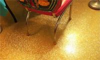 Заливной пол с блестками золотистого цвета