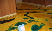 Заливной пол с желтыми и зелеными разводами
