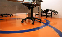 Оранжевый заливной пол в офисе