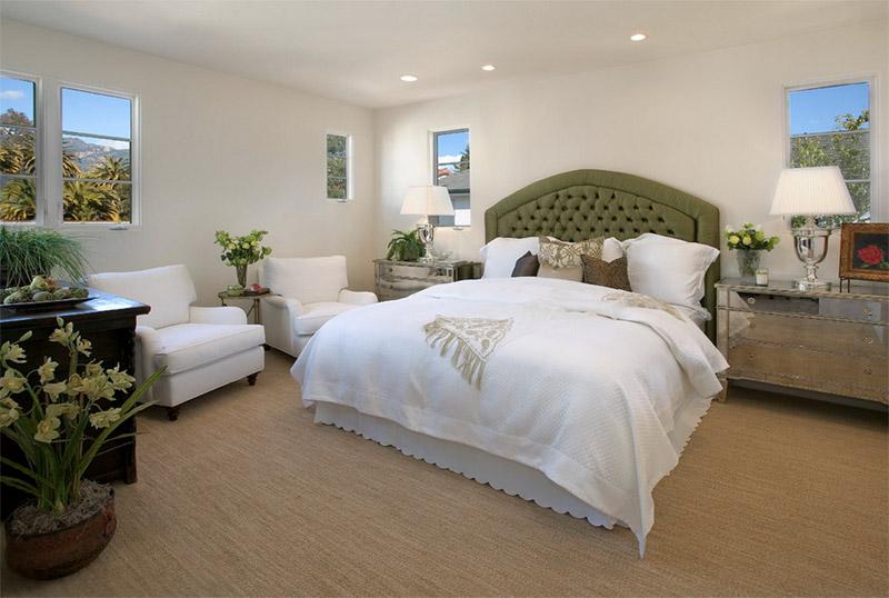 Спальня с зеленым изголовьем