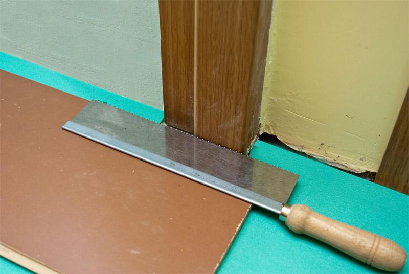 Подрезание наличников и коробки двери