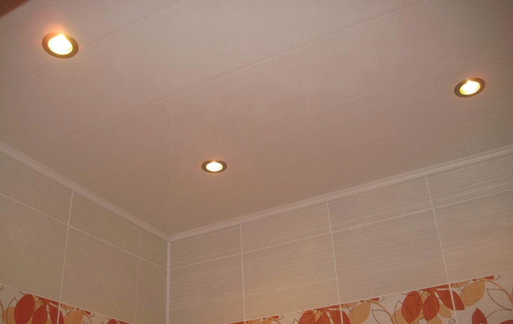 потолки из пластиковых панелей в ванной комнате фото