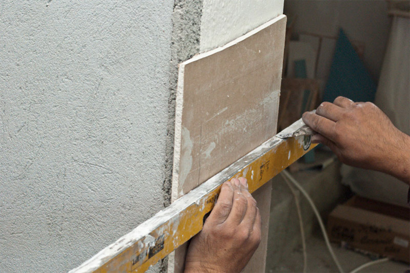 Наносим надрезы на гипсокартонный лист