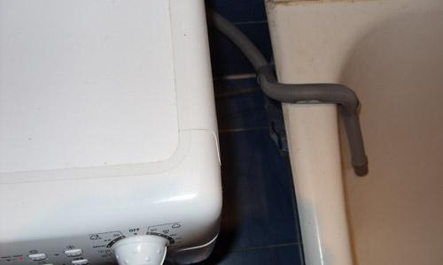 Слив отработанной воды в ванну