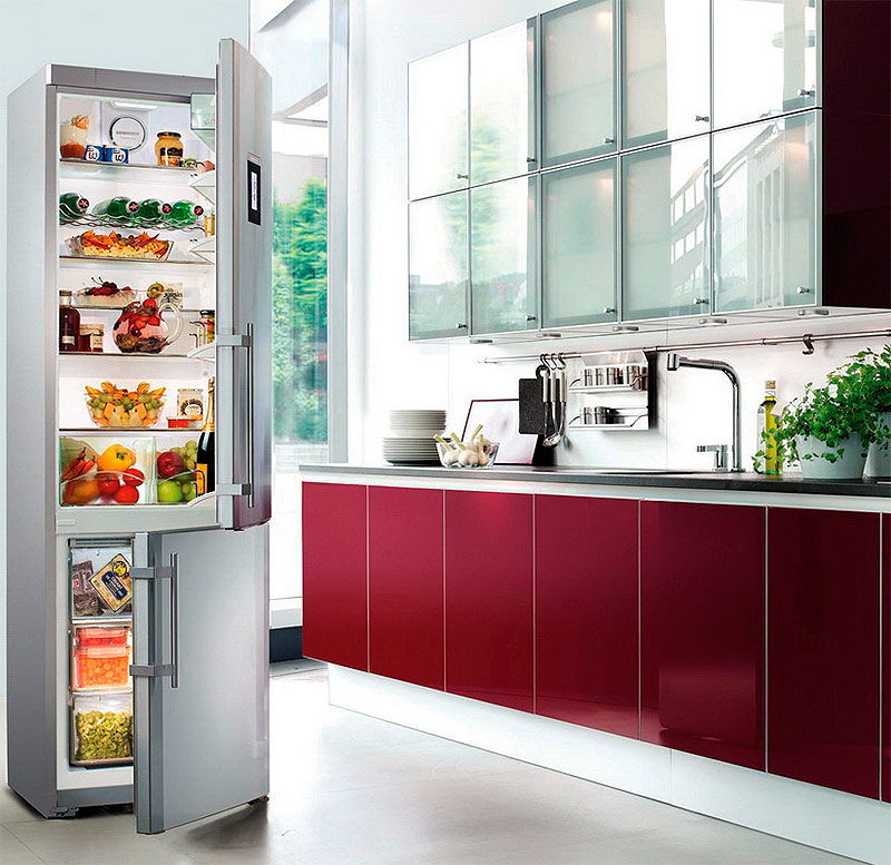 Холодильник с морозильной камерой в нижней части